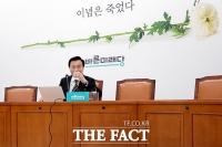 [TF포토] 기자회견 앞두고 물 마시는 손학규