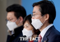 [TF포토] 마스크 쓰고 기자회견하는 조경태
