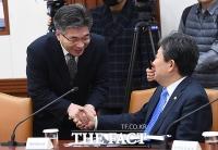 [TF포토] 악수하는 민갑룡 경찰청장과 박양우 장관