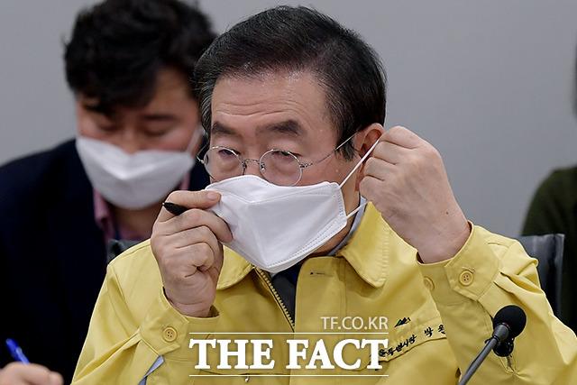 역시 발언을 마치자마자 마스크 착용하는 박원순 시장