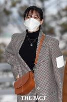 [TF포토] 정연, '체크 재킷+마스크 패션'