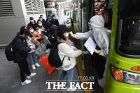 [TF포토] 버스 탑승 하는 중국인 유학생들