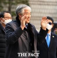 [TF포토] 지지자 향해 손 흔드는 전광훈 목사