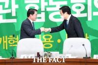 [TF포토] 인사 나누는 최경환-손학규