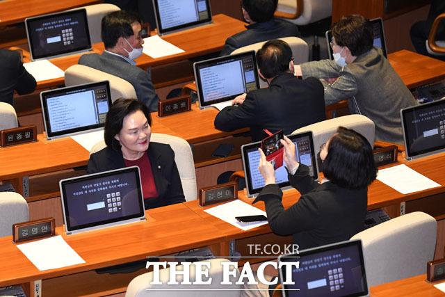 찰칵 기념촬영하는 윤종필 미래통합당 의원
