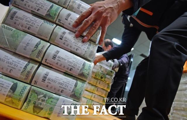 26일 은행권에 따르면 시중은행들은 4개월간의 눈치싸움을 끝내고 본격적인 예·적금 금리 인하에 나섰다. /더팩트DB