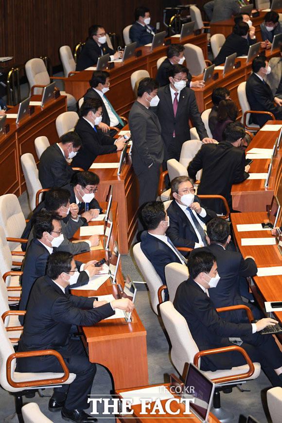 본회의 참석한 의원 전원이 마스크를 착용한 가운데...