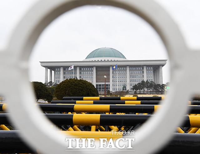 국회가 헌정 사상 처음으로 폐쇄됐다. 국회는 24일 오후 코로나19 확진자가 국회를 다녀간 것을 확인, 39시간 동안 국회를 폐쇄했다. 25일 폐쇄된 국회 전경. /배정한 기자