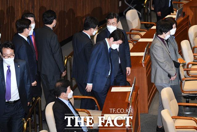 이인영 더불어민주당 원내대표를 비롯한 의원들이 마스크를 쓰고 입장