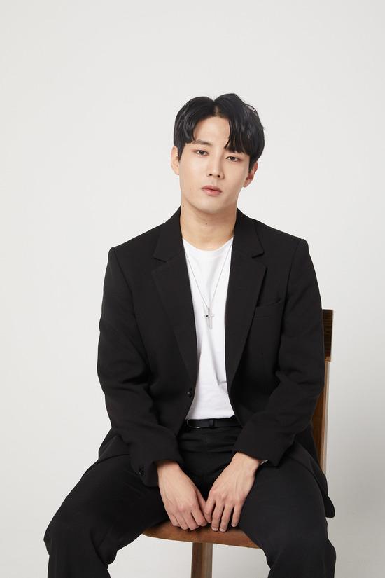 미스터트롯에서 좋은 인상을 남긴 김중연이 오는 3월 14일 트로트 데뷔 싱글을 발표한다. /브이엘엔터 제공