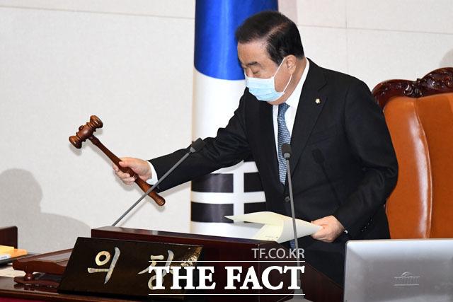 문희상 국회의장 또한 마스크를 쓰고 회의를 주재