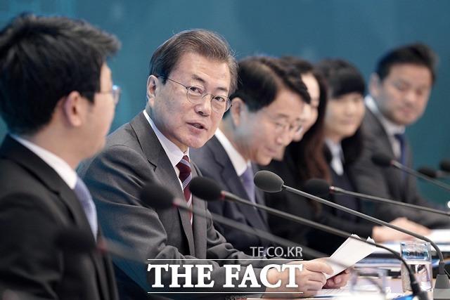 문재인 대통령은 27일 부동산 문제와 관련해 김현미 국토교통부 장관에게 어디든 투기 조짐이 보이면 투기를 잡는 확실한 조치를 취해 주기 바란다고 주문했다. /청와대 제공