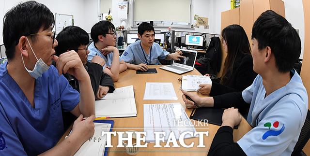 조류 엑스레이를 보며 회의를 하는 서울시야생동물센터 의료진.