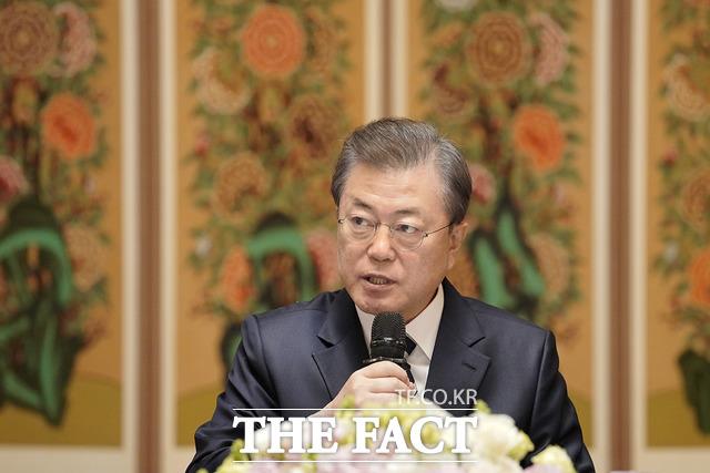 문재인 대통령은 28일 황교안 미래통합당의 중국인 입국 금지 요구에 지금 시점에서 실효성 있거나 시급하다고 생각하지 않는다고 일축했다. /청와대 제공