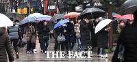 [TF포토] '비가 와도 마스크 구메'