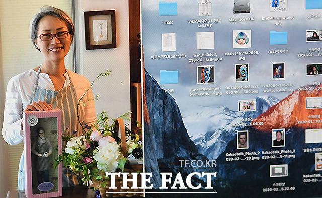 김 작가의 컴퓨터에는 다양한 인물들의 데이터 베이스가 저장돼 있다. 그가 공개한 사진(왼쪽)에서 자신을 닮은 특별한 인형을 선물 받은 여성이 활짝 미소짓고 있다.