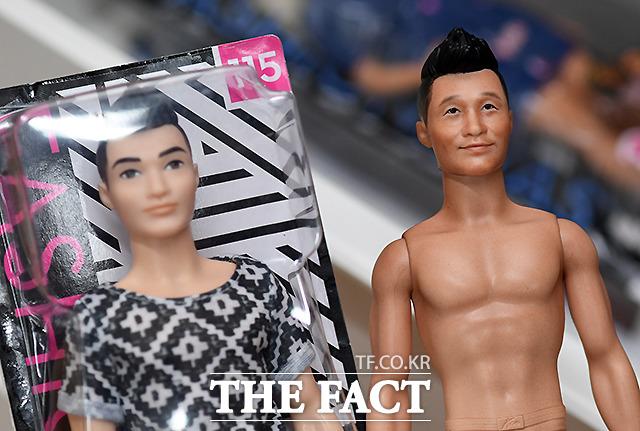 같은 인형이라도 채색과 얼굴의 변화에 따라 다른 인형이 된다. 사진은 바비의 남자친구 켄 인형(왼쪽)으로 작업 중인 개통령 강형욱 인형.