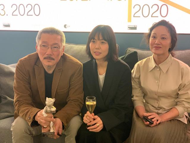 홍상수 감독이 베를린 국제영화제에서 도망친 여자로 은곰상 감독상을 수상했다. 김민희, 서영화가 동석해 영광을 함께했다. /영화제작전원사 제공