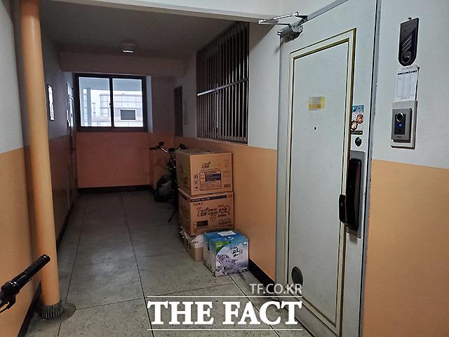 이 총회장이 사는 경기도 과천의 한 아파트. 문 앞에 택배 물품이 찾아가지 않아 쌓여있다.