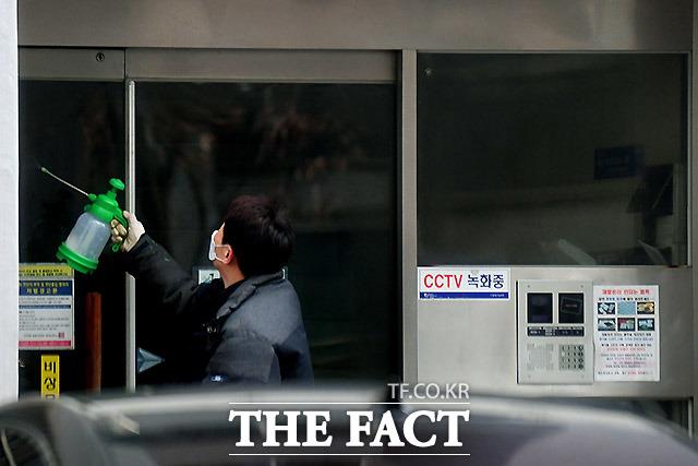 26일 오전 경기도 의왕시의 이만희 자택 출입문을 방역하고 있다.