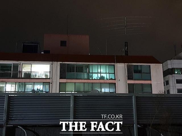 과천의 아파트는 지난달 28일 단 한차례 불이 켜졌지만 이 총회장의 이동은 없었다. 잠시후 한 남성이 모습을 드러냈는데 관리인으로 추정된다.