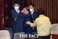 [TF포토] 동료 의원과 포옹 나누는 강창일