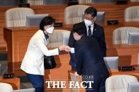 [TF포토] 추미애-김성원, '주먹 인사'