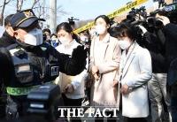 [TF사진관] '이만희 기자회견' 앞둔 평화의 궁전 들어서는 보건소 관계자들