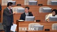 [TF포토] 박지원, '국무위원에게 하트 인사'