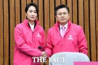 [TF포토] 황교안 대표와 악수 나누는 김수민 의원