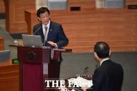 [TF포토] 질의 답변하는 진영 장관