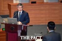 [TF포토] 북 미사일 관련 답변하는 정경두