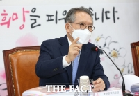 [TF포토] TK 면접 진행하는 김형오