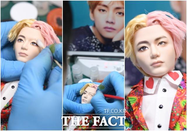 김 작가가 기존 뷔 인형 얼굴의 절반을 지워 자신의 스타일로 채색하고 있다. 인형의 오른쪽 얼굴면이 그가 수정한 뷔 인형의 얼굴.