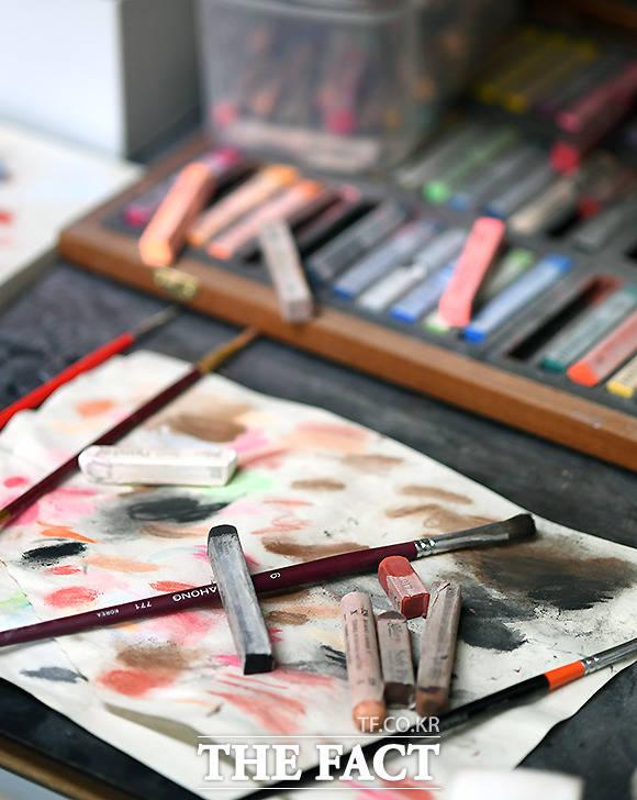 인형에 사용하는 도료는 아주 다양하다. 다채로운 색감을 위해 연구한 흔적이 보인다.