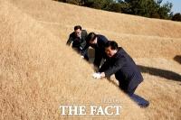 [TF포토] 부친 묘소 찾은 'DJ 3남' 김홍걸