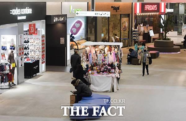 업계는 배달 서비스가 코로나19로 어려움을 겪는 편의점 점포에 수익 창출법이 될 것이라는 관측을 내놓는다. 사진은 코로나19로 한산한 서울의 한 쇼핑몰. /김세정 기자