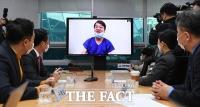 [TF포토] 대구 의료봉사 중 화상회의 참석한 안철수 대표