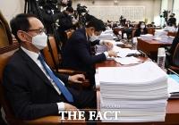 [TF포토] 마스크 착용한 김도읍과 오신환