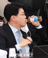 [TF포토] 장제원, '불편한 물 한모금'