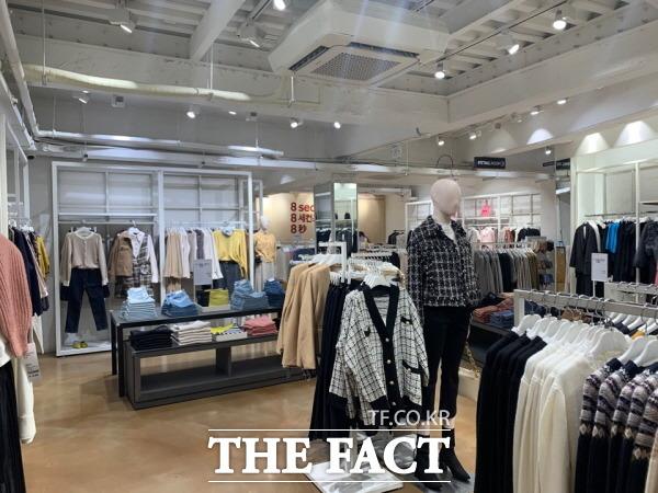 에잇세컨즈의 부진이 수년째 지속하는 사이 삼성물산 패션부문 영업이익률은 지난 2017년부터 지난해까지 3년 연속 1%대에 그쳤다. 7일 오후 에잇세컨즈 명동 1호점이 한산한 모습을 보이고 있다. /한예주 기자