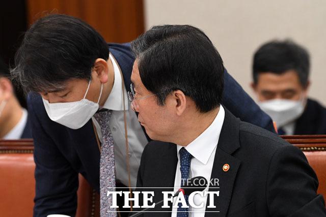 관계자와 대화 나누는 성윤모 장관, 그 마스크는 어디서 샀는가(?)