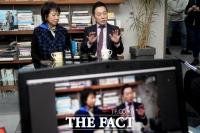 [TF포토] 유튜브 공개 방송하는 정봉주