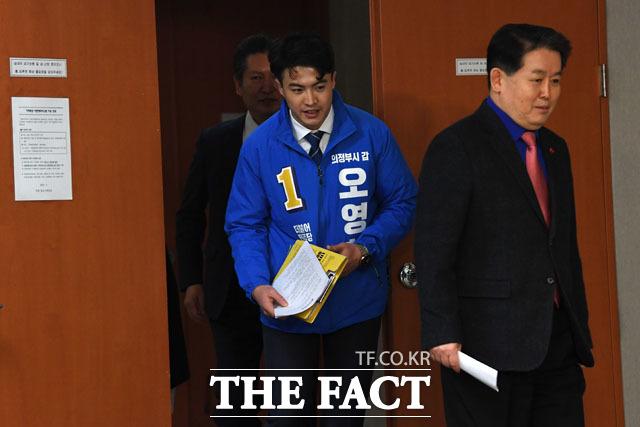 출마 선언을 위해 기자회견장으로 드러서는 오영환 전 소방관(가운데)