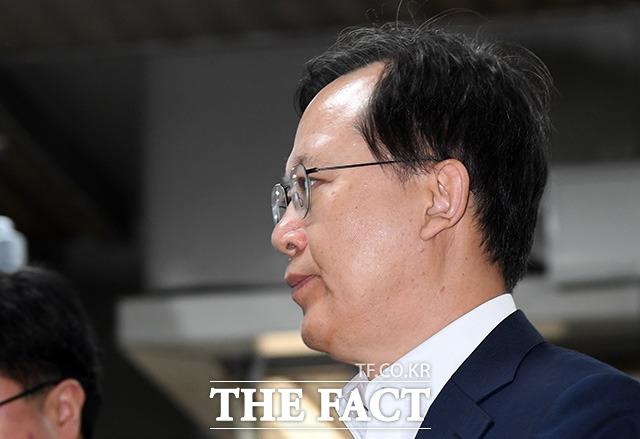 사법행정권 남용 의혹을 받는 박병대 전 대법관이 지난해 8월 23일 오후 서울 서초구 서울중앙지방법원에서 열린 직권남용권리행사방해 등 공판에 출석하고 있다./남용희 기자