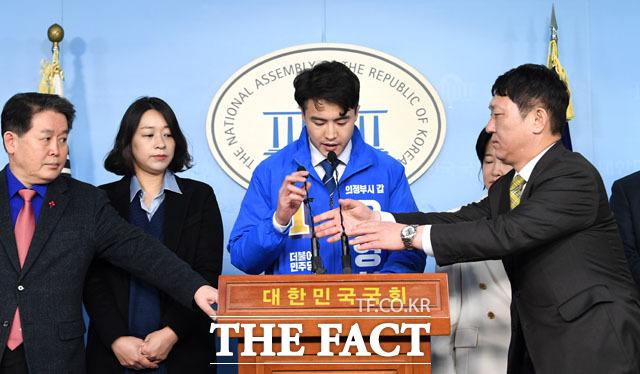 동석한 의원들의 긴급 투입. 왼쪽부터 김경협 의원, 민주당 영입인재 이소현, 오영환, 이수진, 최재성 의원.