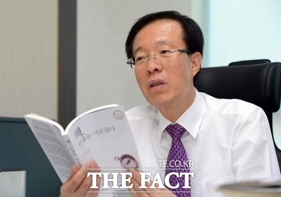 이석연 미래통합당 공관위 부위원장은 김형오 공관위원장의 사천 논란에 불쾌한 기색을 드러냈다. /더팩트 DB