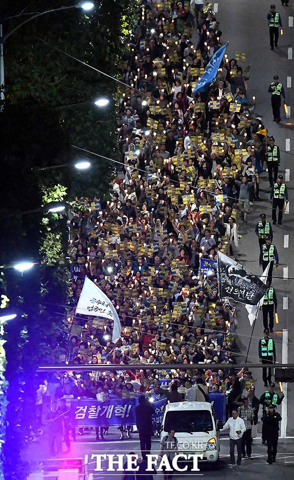 지난해 9월 서울 서초동 서울중앙지검 앞에서 조국 수호와 검찰 개혁을 외치는 집회가 열리고 있는 모습. /이효균 기자