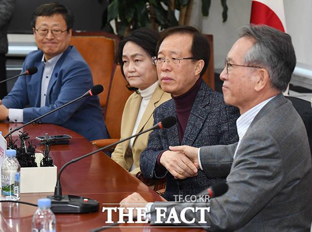 악수하는 김형오 미래통합당 공천관리위원장(오른쪽)과 이석연 부위원장(왼쪽 세번째)