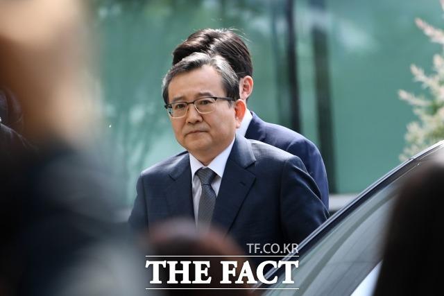 뇌물 혐의를 받는 김학의 전 법무부 차관이 지난해 5월9일 오전 서울 송파구 동부지방검찰청에 피의자 신분으로 출석하고 있다. 김 전 차관이 검찰 조사를 받는 것은 지난 2013년 무혐의 처분을 받은 이후 5년 반 만이다. /이새롬 기자